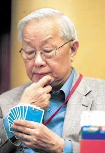 2004年第五屆亞太橋藝賽在台北圓山飯店舉行,下場比賽的台積電董事長張忠謀表情專...