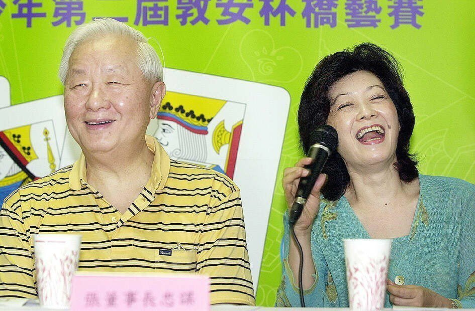2001年第二屆敦安杯橋藝賽,擔任中華民國橋藝協會榮譽理事長的張忠謀(左)與妻子...