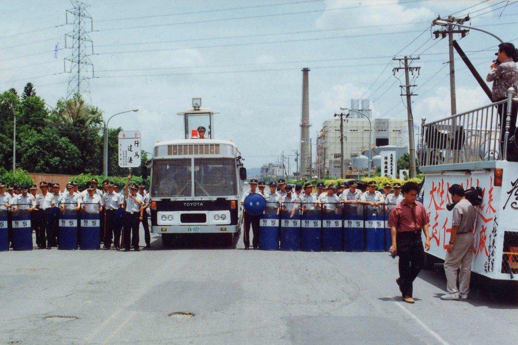 圖為1993年,大社鄉民堵住大社工業區進出道路,仁武分局動員大批警方制止,和大社...