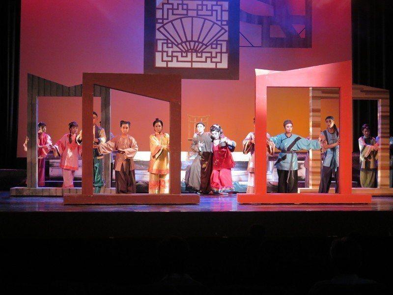 《阿搭嫂》是一部輕鬆喜劇,但經由台灣青年劇團老師李文勳修編成融合高甲戲、歌仔戲、...