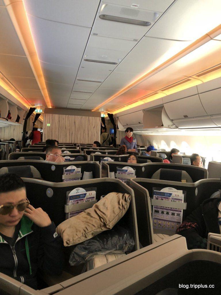 A350機型的商務艙,中間沒有行李空間,整個客艙覺得更加寬闊 圖文來自於:Tri...