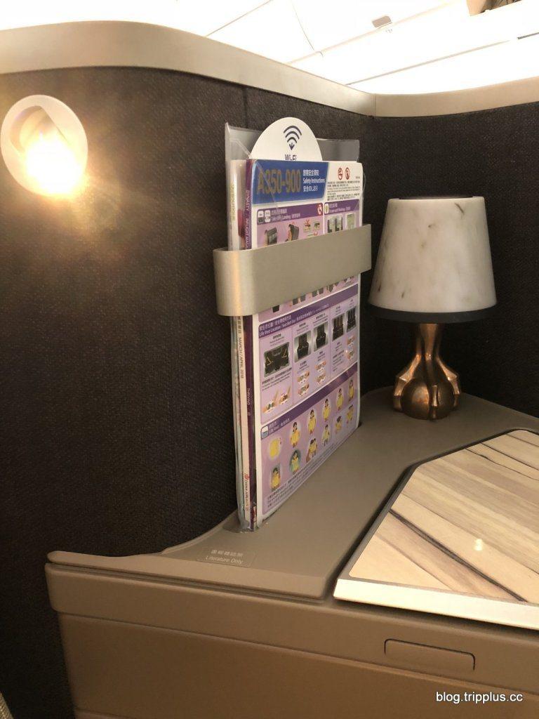 平台上有一個檯燈,但似乎裝飾作用大於實際用途,因為旁邊已經有一個閱讀燈了 圖文來...
