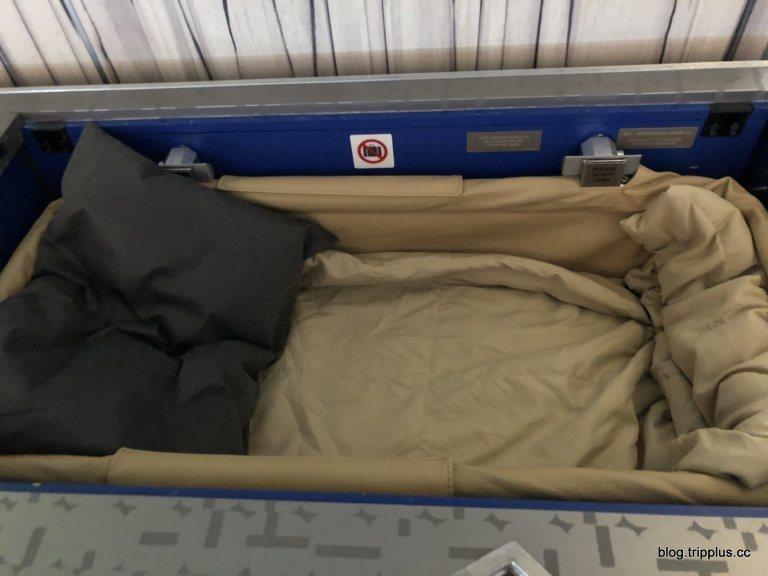不像長榮航空的掛籃,有一片布可以拉起來保護,中華航空的掛籃,就只是把寶寶放置在這...