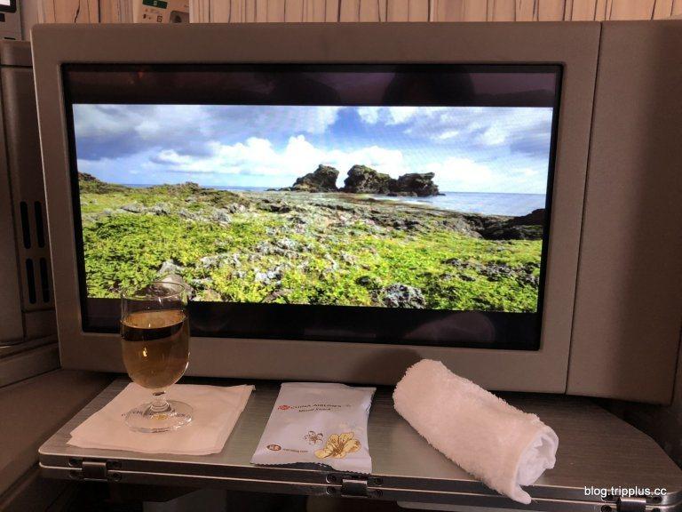 飛機到達固定高度之後,便送上毛巾、飲料、跟小零嘴 圖文來自於:TripPlus