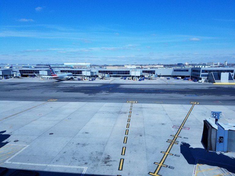有一大片落地窗,可以看到飛機,進來體驗的當天天氣很好! 圖文來自於:TripPl...