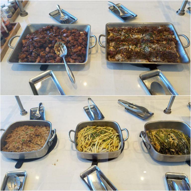 居然有熱食!先不論好不好吃,有熱食對於美國境內的美籍航空貴賓室來說,真的是有長足...