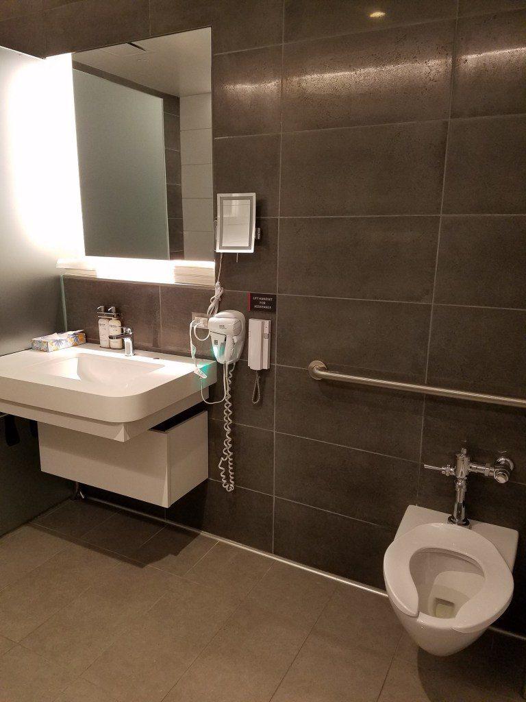浴室內的洗手台與馬桶 圖文來自於:TripPlus