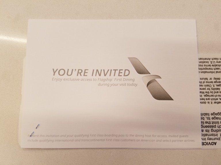 我在進入旗艦貴賓室的櫃台處,就拿到了這張頭等艙乘客專屬用餐區的邀請卡,只能憑這張...