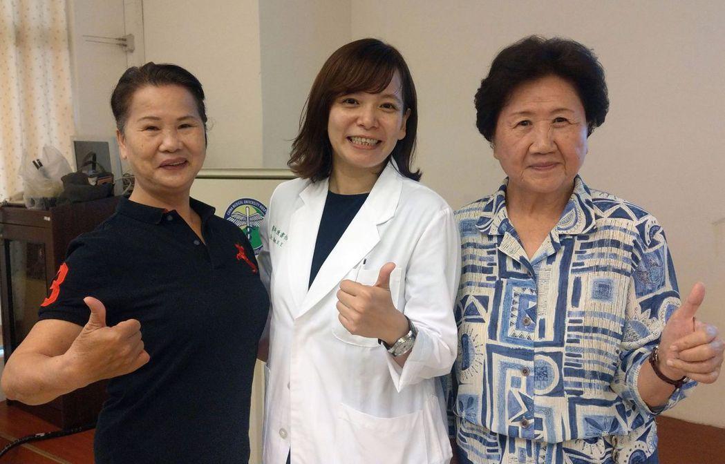 69歲吳姓董娘(左)、80歲廖姓退休老師(右)經接受醫師陳書怡(中)的中醫合併治...