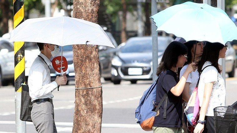 天氣炎熱,衛福部統計,今年截至昨日共有419人次發生熱傷害,較去年同期的160人...