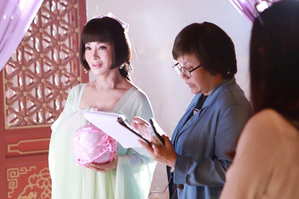 陳美鳳(左)向唐美雲請教身段 圖/民視提供