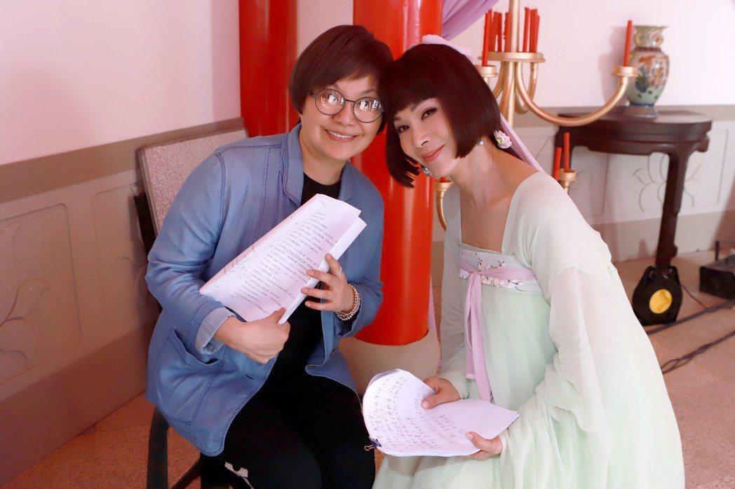 陳美鳳(右)向唐美雲請教身段 圖/民視提供
