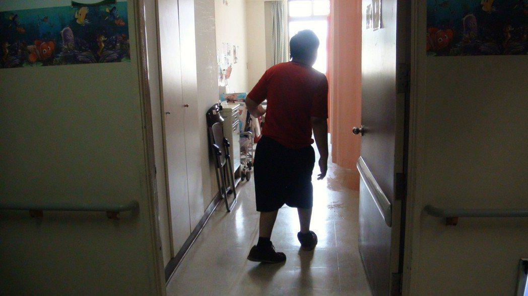 唐姓男嬰因腸胃炎住院,住院期間多由行動不便的叔叔照顧,有網友看到叔叔的腳不方便,...