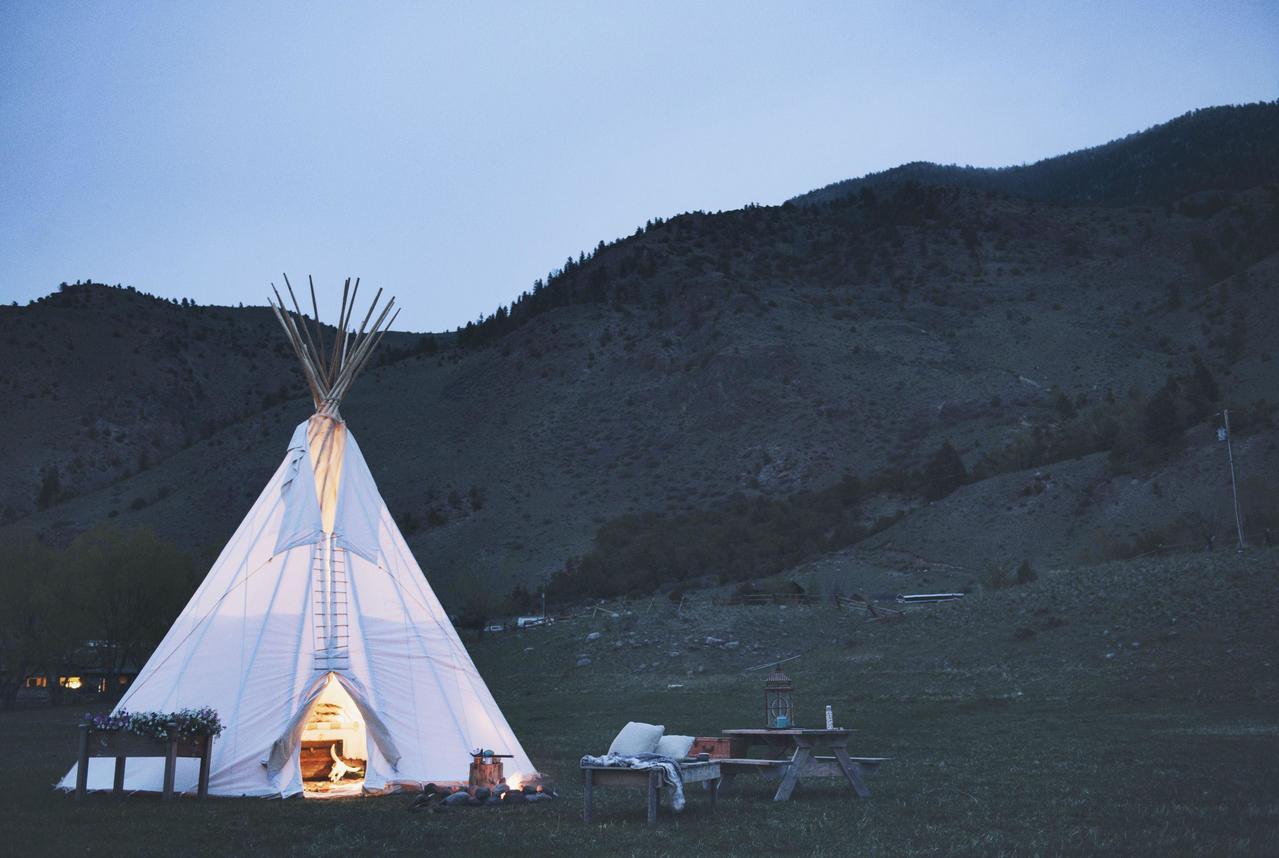 戶外玩家可入住位於美國蒙大拿州的「追夢緹畢豪華帳篷」,在滿天星斗下享受奢華露營體...