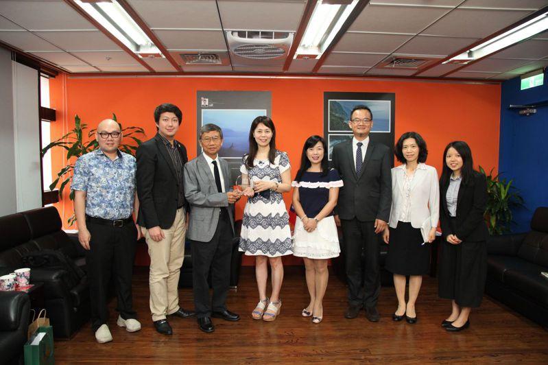 印尼總統大學創辦人許龍川先生提供台灣學生全額獎學金赴該校就讀,鼓勵我青年赴印尼留學。圖/教育部提供