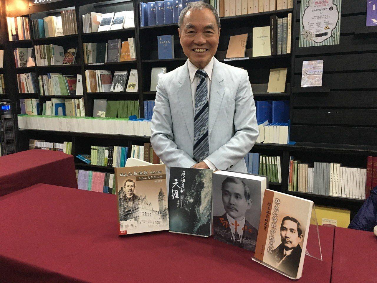 澳洲雪梨大學終身講座教授黃宇和與他的孫中山研究相關專書。記者何定照/攝影