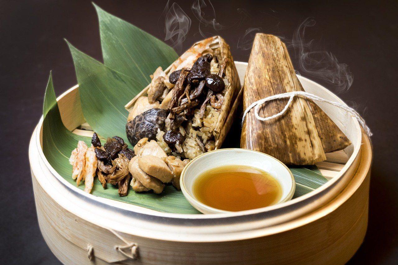 六福烏麻雞菇粽。圖/遠東百貨提供