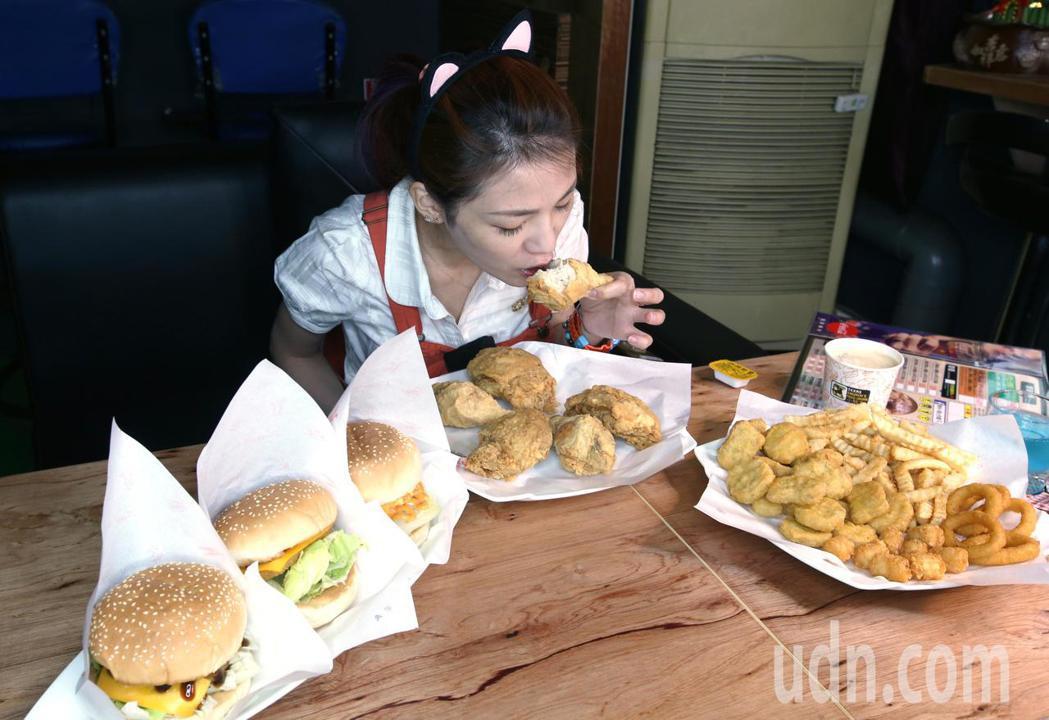 大胃王Youtuber邵阿挑戰1.5小時吃完3顆漢堡、6塊炸雞、20個無骨雞塊、...