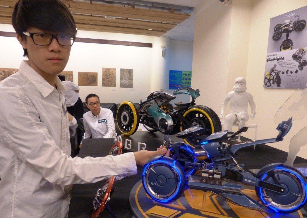 大葉大學學生王唯懿設計出兼具虛擬與實境,雙模式競賽用機車。記者凌筠婷/攝影