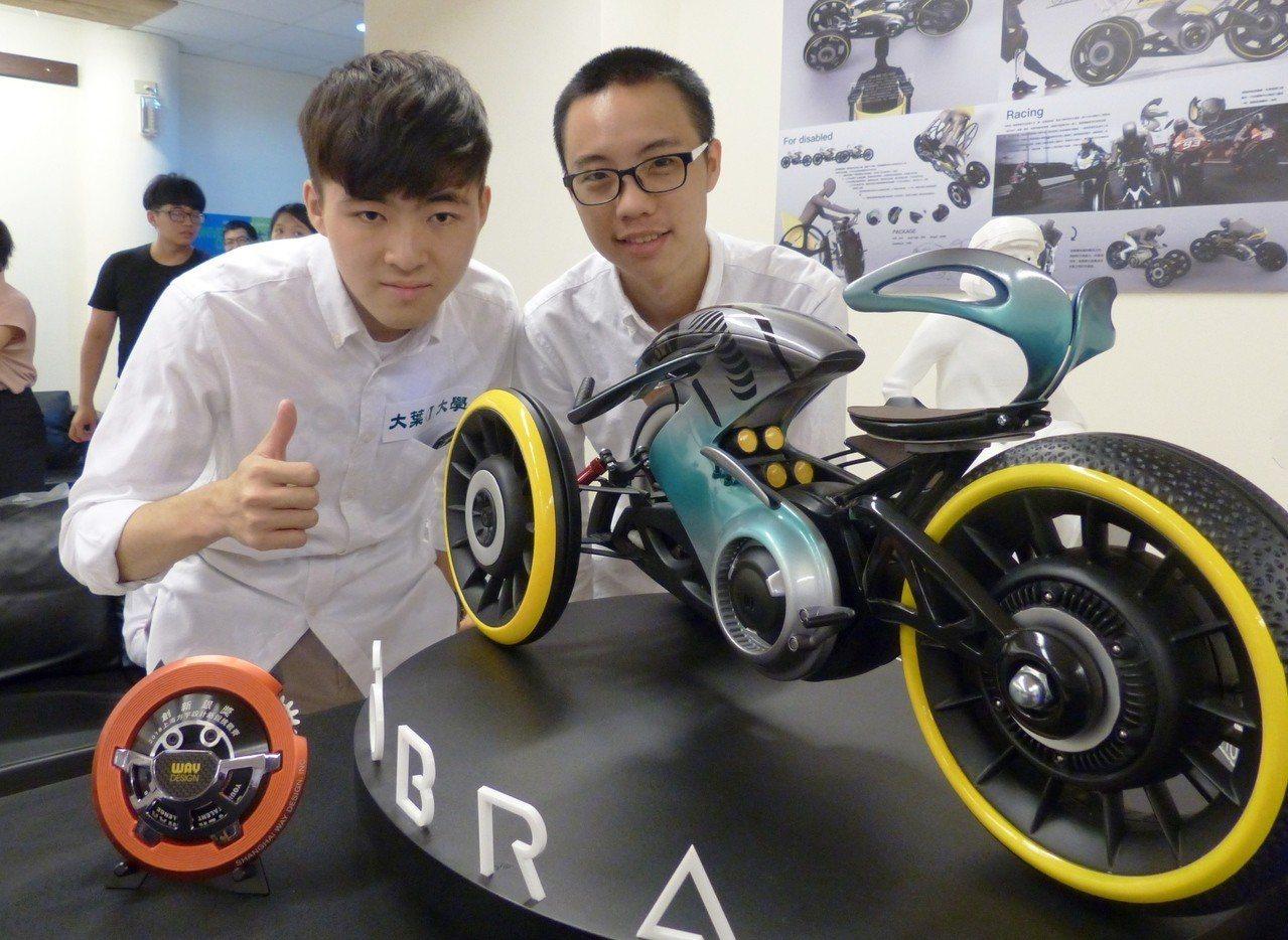 大葉大學學生蘇煒傑(右)、范博凱(左)為身障者設計競賽用機車。記者凌筠婷/攝影