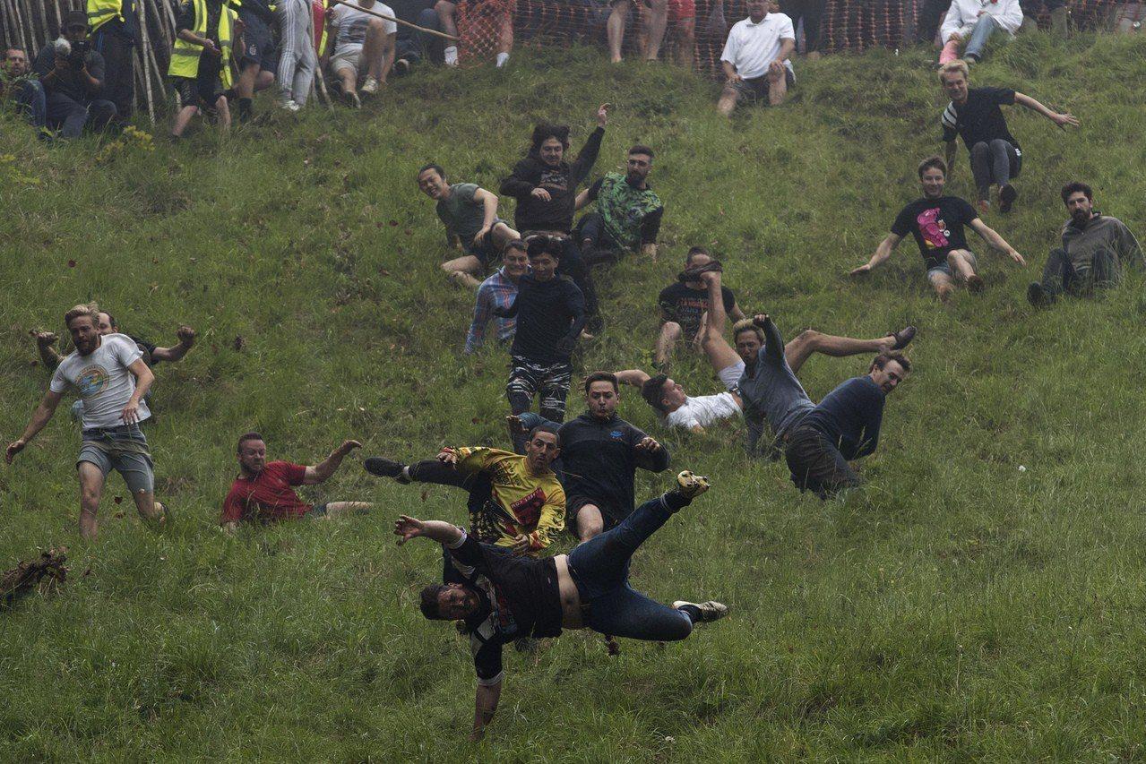 英國一年一度的滾起司大賽28日登場,來自海內外的參賽者不畏掛彩的風險,在在陡峭到...