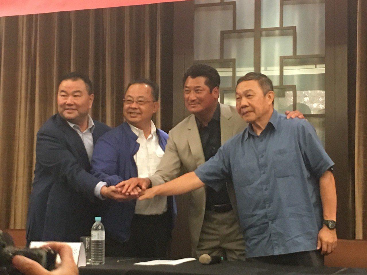 中華棒協新任理事長辜仲諒(右二)以及3名副理事長林華韋(右)、余政憲(左二)、趙...