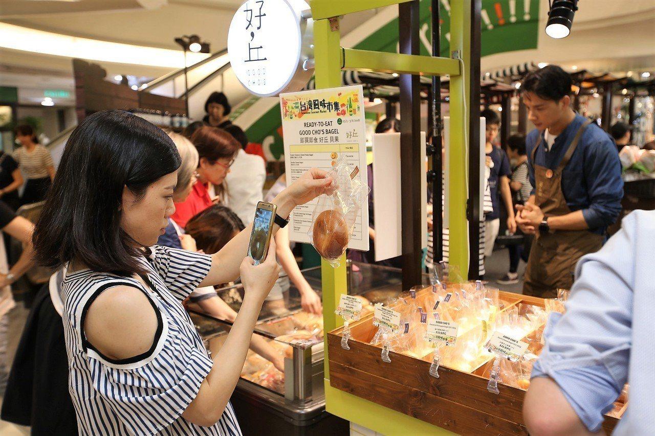 好丘貝果受香港人歡迎,搶購之餘紛紛拍照留念。圖/好丘貝果提供