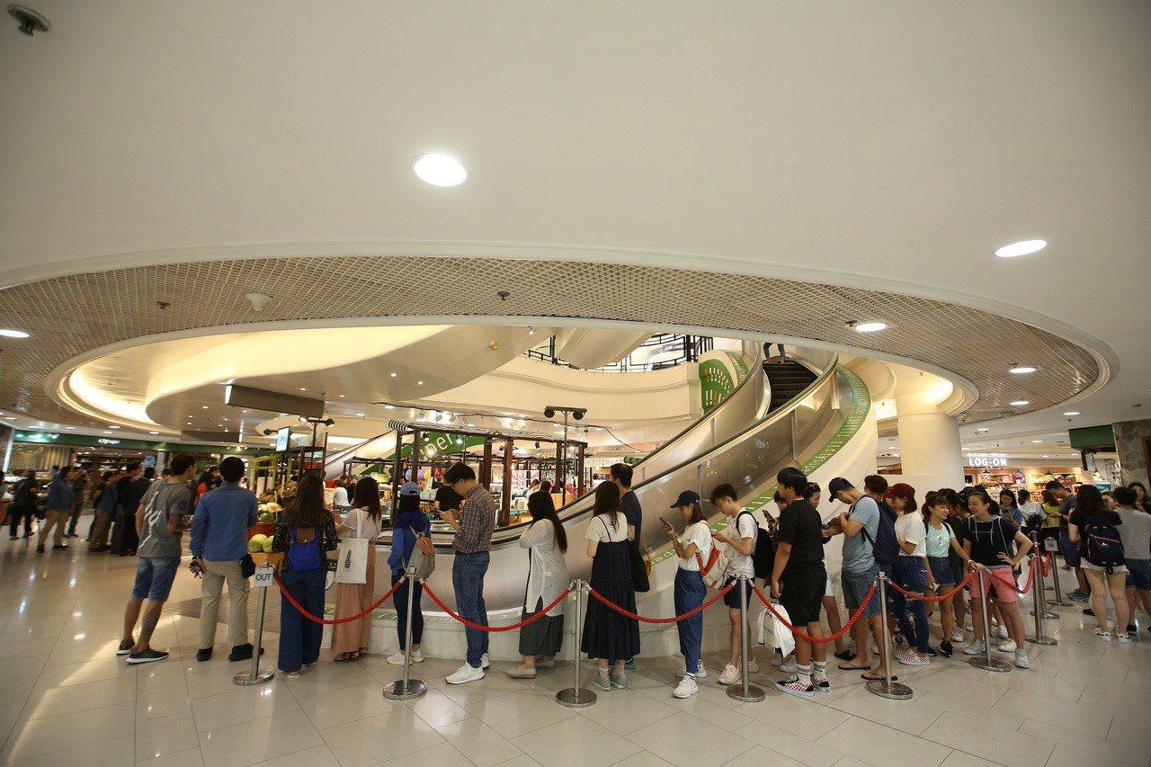 好丘貝果受香港鑼灣city' super邀請參加台灣風味市集,還沒開賣就有民眾提...