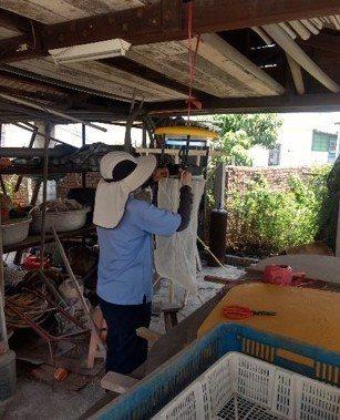 防疫人員於豬舍周邊懸掛捕蚊燈,進行病媒監控與滅蚊。圖/高雄市衛生局提供