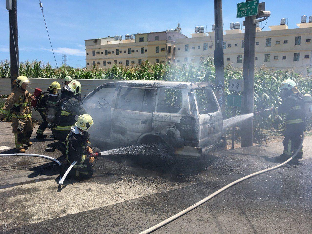 一輛停放在高市路竹區華正路的車子自燃起火,火勢很快熄滅,沒有人受傷。記者徐白櫻/...