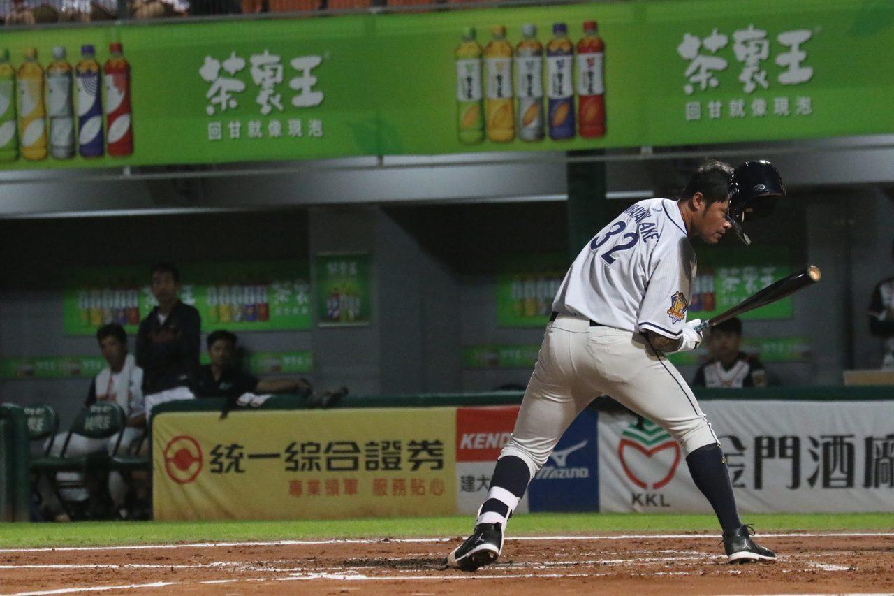林智勝首打席遭頭部觸身球,頭盔被砸飛。圖/中信兄弟球團提供