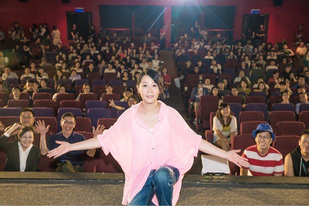 劉若英與全台第一批在戲院欣賞「後來的我們」幸運觀眾開心合影。圖/甲上提供