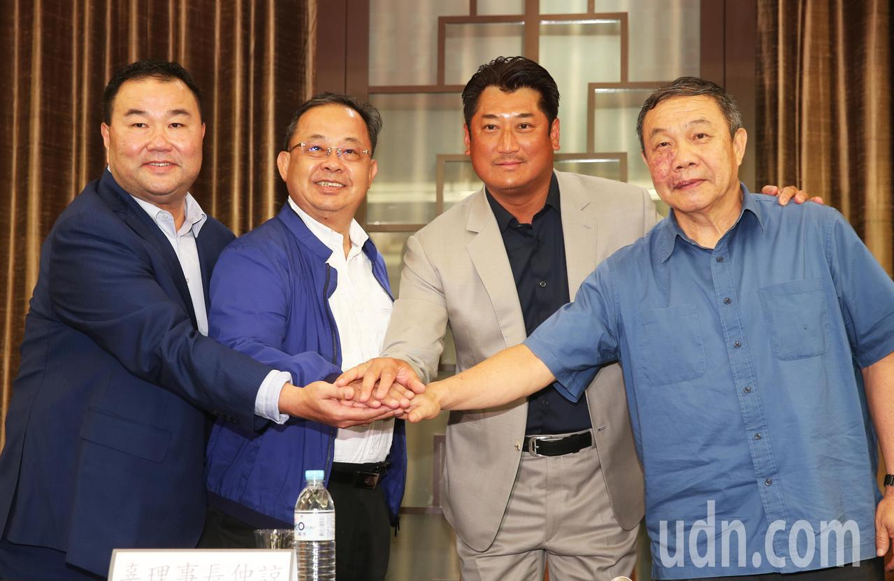 辜仲諒(右二)與三位副理事長在記者會上合影。記者徐兆玄/攝影