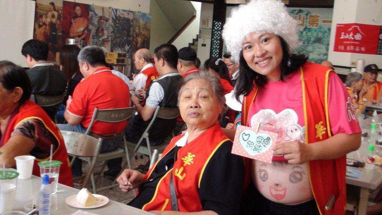 民雄天使站長鄭雅純(右)挺著大肚子和長輩們做咖啡渣卡片。記者謝恩得/攝影