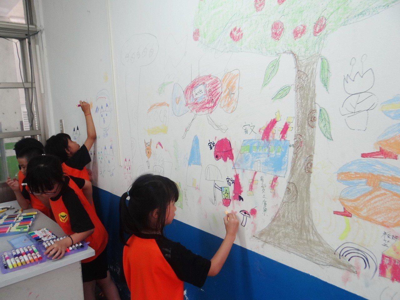 土庫國小舊教室將拆除重建,小朋友用塗鴨表達對教室爺爺的愛與懷念。記者蔡維斌/攝影