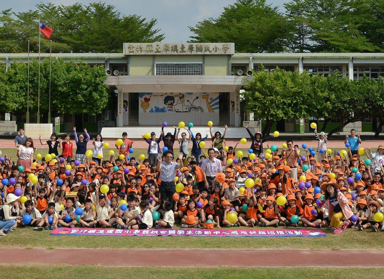 土庫國小師生舉辦溫馨又盛大的舊教室送別會。記者蔡維斌/攝影