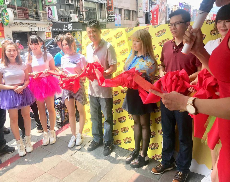 小小瑜(中)投資的美式炸雞店今天開幕。圖/摘自小小瑜臉書
