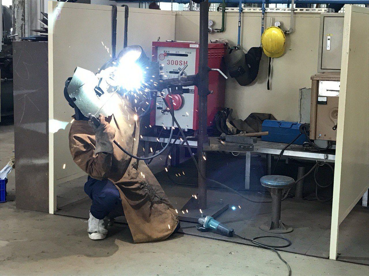 國立蘇澳高級海事水產職業學校今年輪機科高三應屆學生表現亮眼,3位學生通過勞動部技...