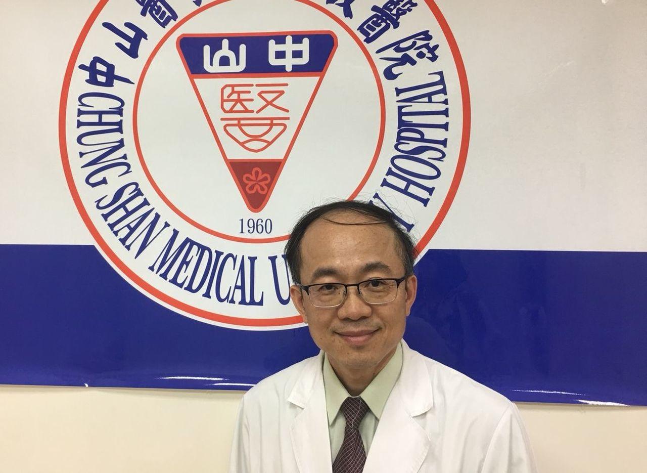 中山醫學大學附設醫院小兒神經科主任李英齊說明女嬰搶救情況。圖/中山附醫提供