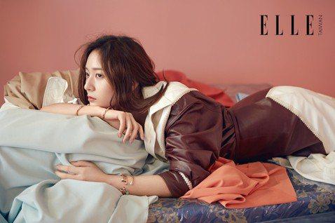 韓星Krystal鄭秀晶為「ELLE」雜誌台灣版拍攝封面,她形容這份工作有如半夜醒來肚子餓了,去樓下買了一包泡麵一樣輕鬆,「最近一直是短髮。看到台灣造型團隊準備的服裝,覺得長髮應該還蠻適合的。於是就...