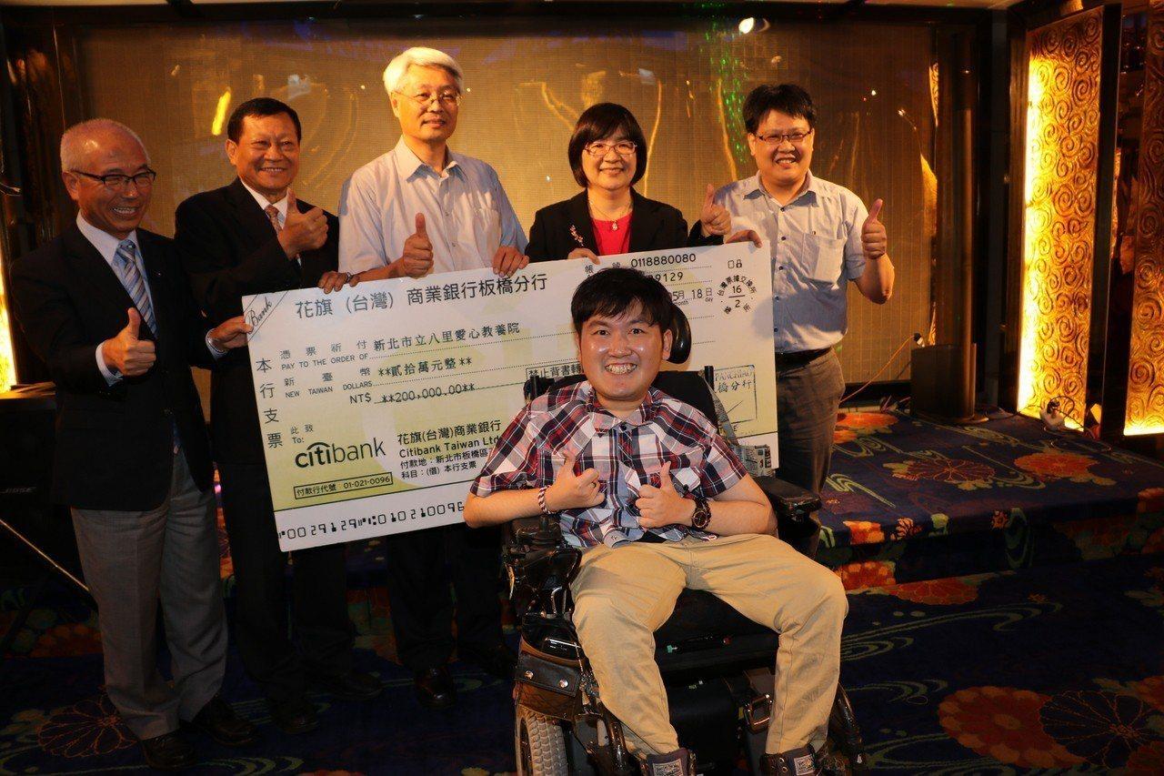 新北市不動產代銷公會理事長林談等人,捐贈張孜維20萬元的費用。圖/新北社會局提供