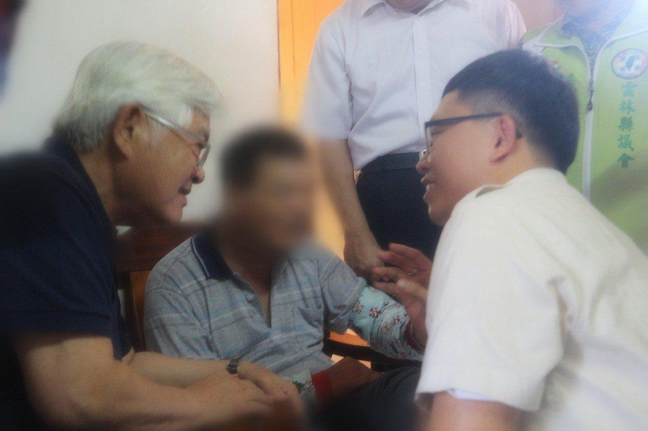 雲林縣長李進勇(左1)前來慰問家屬,並與替代役男廖俊傑(右1)聊著照顧心得。記者...