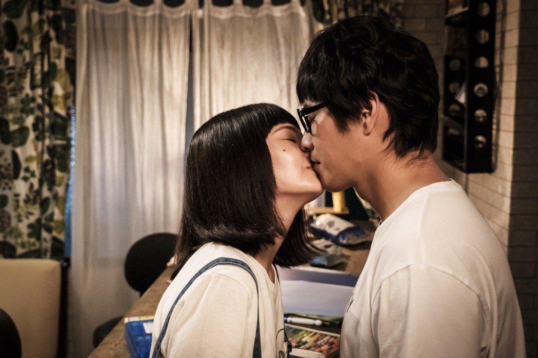 藍正龍(右)、楊丞琳上演浪漫吻戲。圖/八大提供