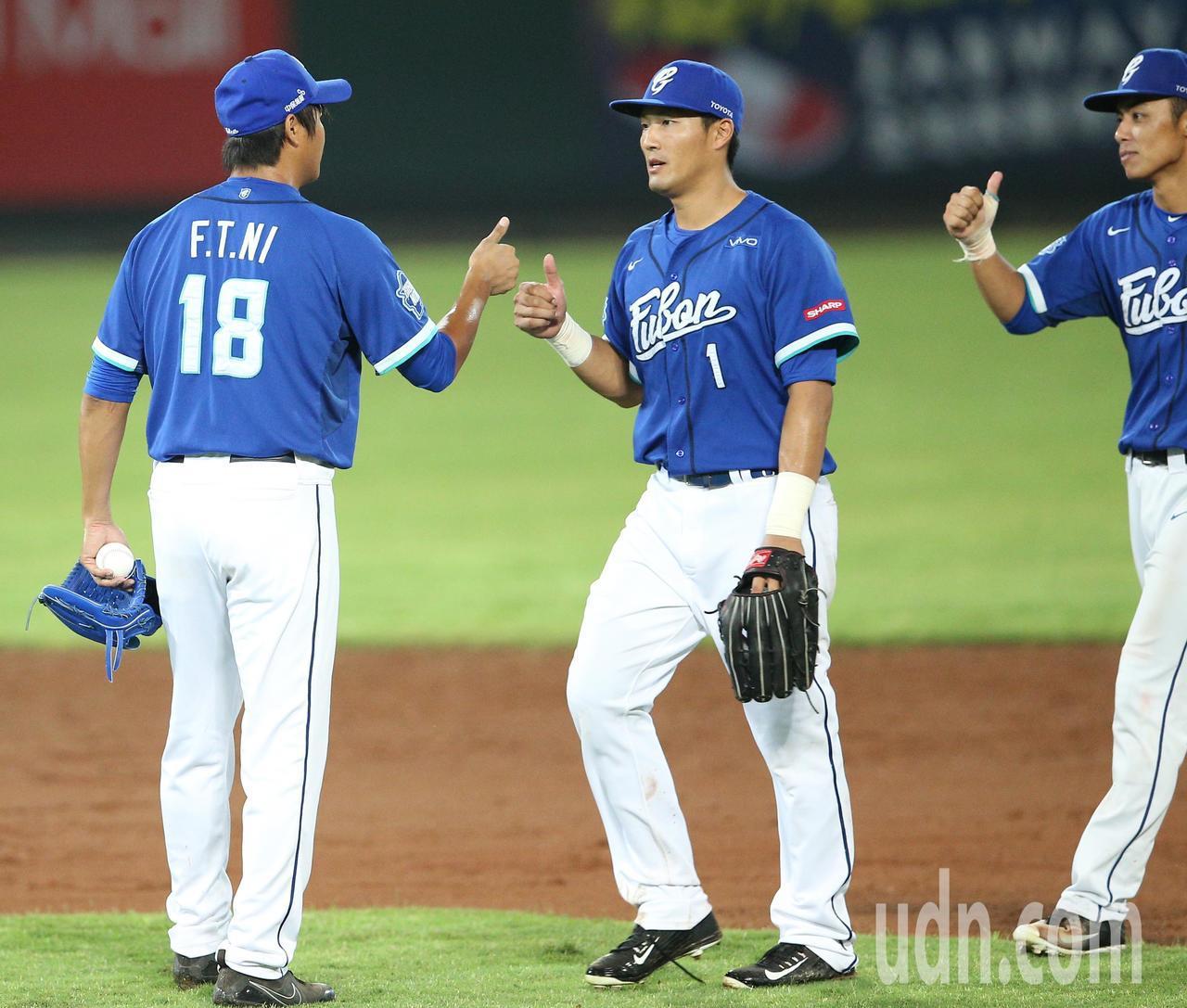 富邦悍將投手倪福德(左)與隊友相互慶祝。記者陳正興/攝影