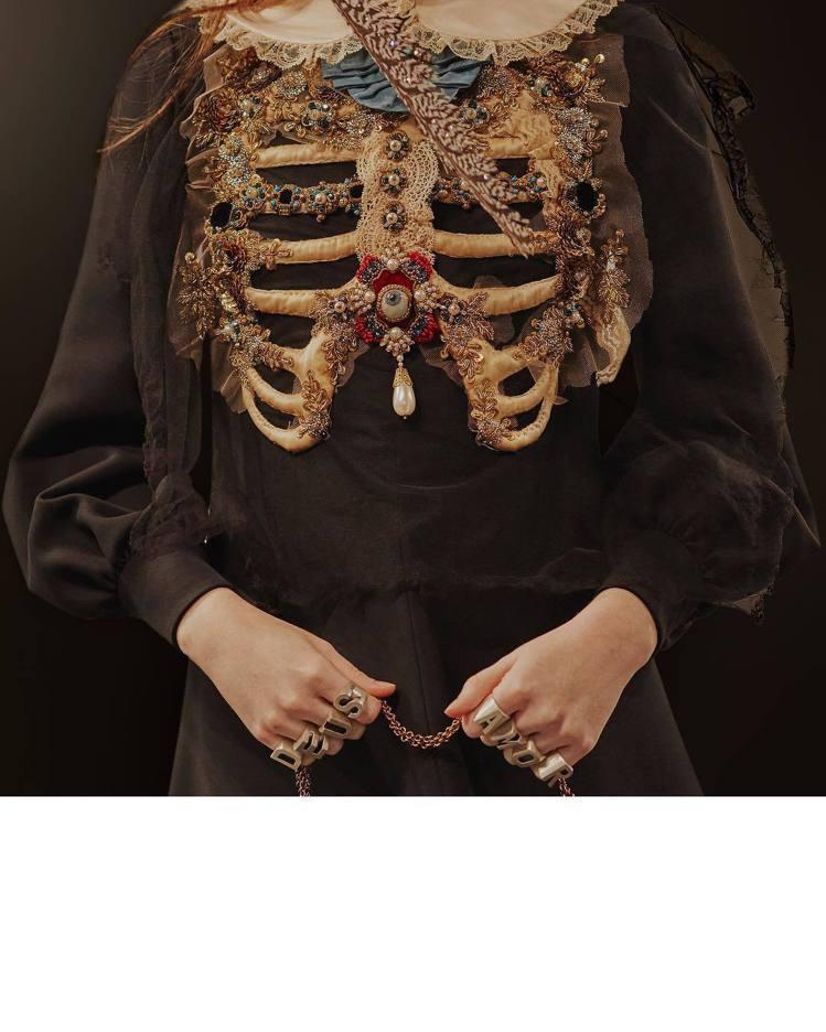 來自十五世紀僧侶服裝以及骷髏的靈感,轉化為奢華配件拼接的炫目上衣。圖/取自品牌I...