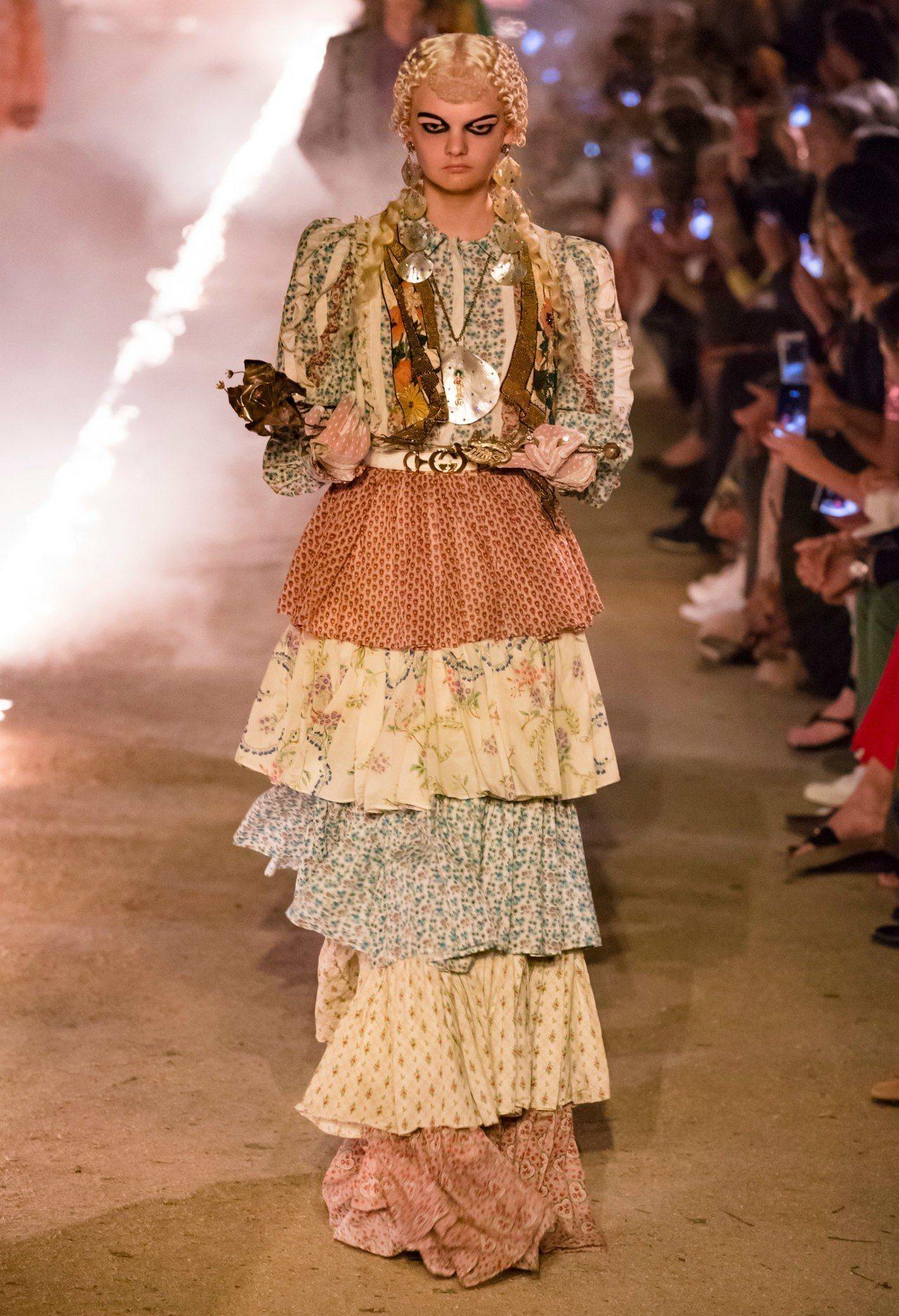 像搪瓷娃娃的面孔和標誌的蛋糕裙營造了本季的鬼魅風格。圖/GUCCI提供