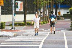 過馬路人車爭道好危險 交部研議行人兩段通行