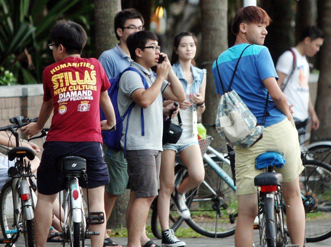 圖為台大校門口前的年輕學子。 記者侯永全/攝影