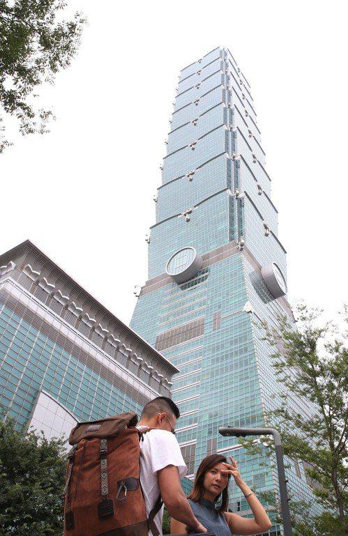台北101表示,因為電壓驟降,購物中心有短暫停電5到10分鐘。記者林俊良/攝影