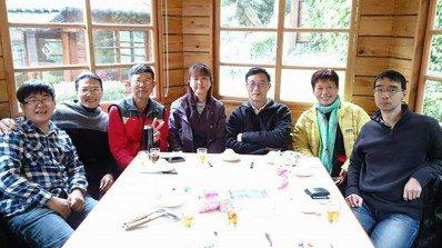 余素芳(中)與台灣金花蟲研究團隊成員。圖/余素芳提供